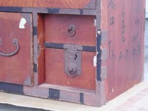 古い塗り物箪笥の扉部分