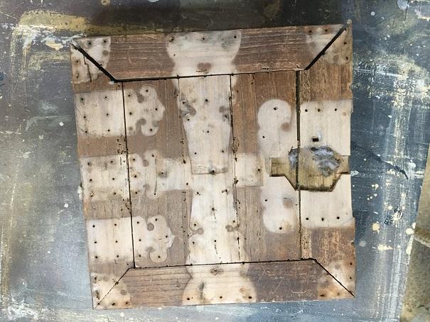 虫食いの小さい扉