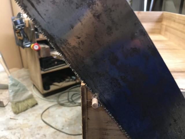 打木を切る